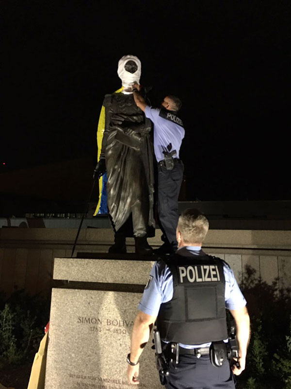 Funcionarios de la policía alemana procedieron a retirar los objetos colocados en la estatua | Foto: @urru_urru