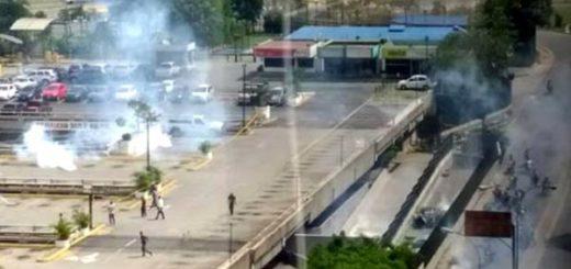GNB persigue a manifestantes hasta el CCCT | Foto: Twitter