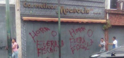 Comerciantes son obligados a bajar santa marías  Foto: El Nacional
