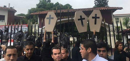 Diputados llegan a la Comandancia de la GNB en El Paraíso   Foto: @TomasGuanipa