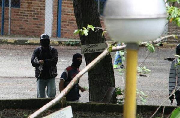 Encapuchados armados arremetieron contra estudiantes de la ULA en Trujillo   Foto: vía @leoperiodista
