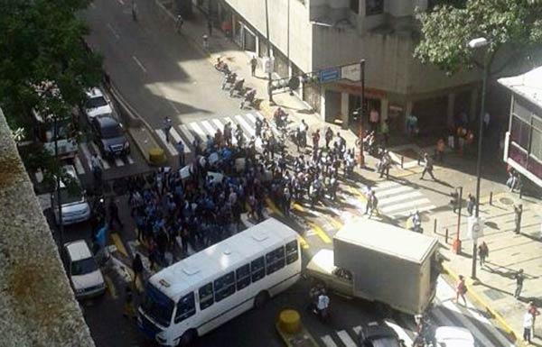 Estudiantes protestan a los alrededores de Miraflores |Foto: Twitter