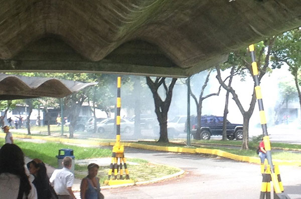 Reportaron siete heridos tras represión a estudiantes en la UCV   Foto: Twitter