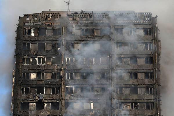 El incendio se generó en la Torre Grenfell, de Londres, construida en 1974  Foto: Reuters