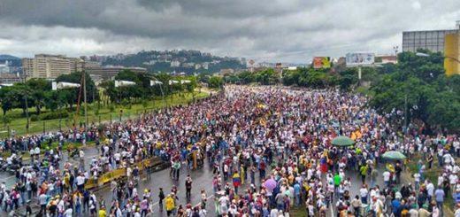 Manifestantes marchan hasta La Carlota |Foto cortesía