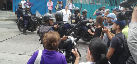 Captan momento en que Polimérida dispara a quemarropa a manifestantes | Foto: @YanaraVivas