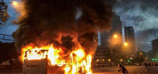 Ocariz y Muchacho denuncian que grupo armado secuestró y quemó dos Metrobús | Foto: EFE
