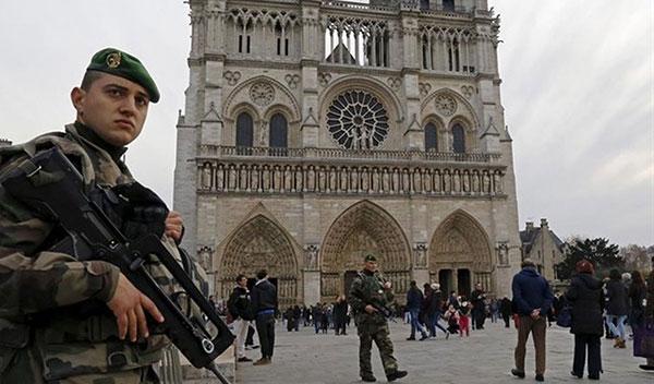 Policía de París neutraliza a un hombre tras atacar con un martillo a un agente en Notre Dame | Foto: Agencias