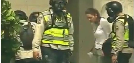 Momento exacto en que efectivos de la PNB roban a manifestantes en Altamira | Foto: Captura de video