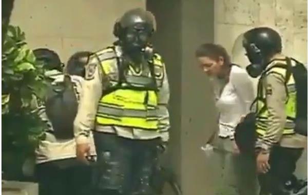 Momento exacto en que efectivos de la PNB roban a manifestantes en Altamira   Foto: Captura de video