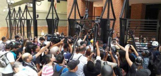Periodistas lograron entregar documento en Conatel |Foto: Panorama