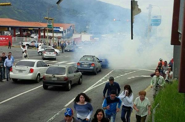 Reportar varios heridos tras represión de la GNB al gran plantón en Mérida   Foto: Twitter