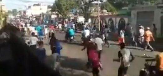 Ciudadanos corren en horda para participar en estos saqueos |Captura de video