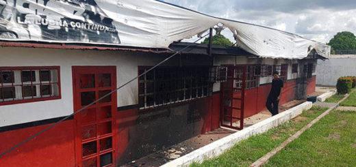 Encapuchados quemaron sede del Psuv en Ciudad Bolívar | Foto: Twitter