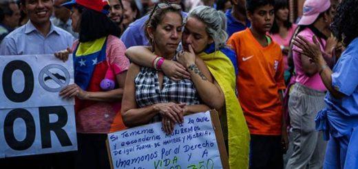 Dos mujeres se abrazan durante manifestación del 26 de junio |Foto: EFE