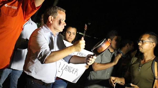 Cacerolazo frente a la residencia de Arias Cárdenas   Foto:  @JuanPGuanipa