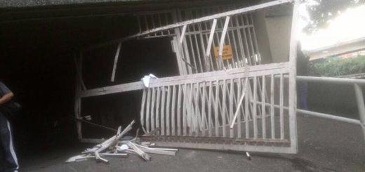 Sebin destroza portón de la