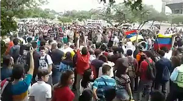 Estudiantes cantan Himno Nacional a Luis Vera | Captura de video