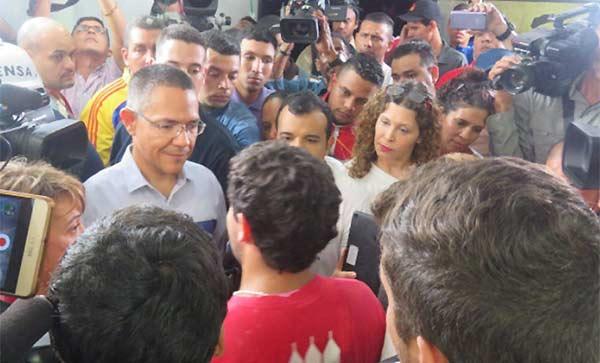Estudiantes encaran al ministro de Comunicación, Ernesto Villegas   Captura VTV