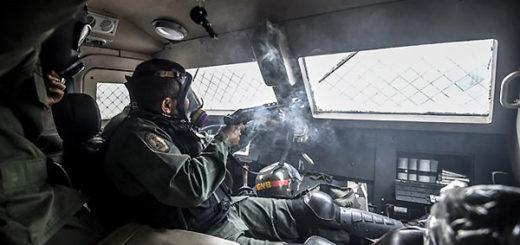 Represión desde el interior de un tanqueta | Foto: AFP