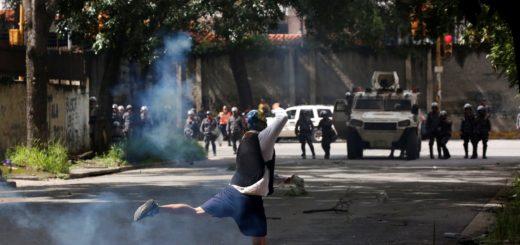 Manifestantes son reprimidos en varias zonas de Caracas este #20Jul | Foto: Reuters