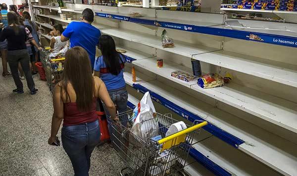 Venezolanos hacen acopio de alimentos y gasolina ante gran paro contra Maduro | Foto: EFE