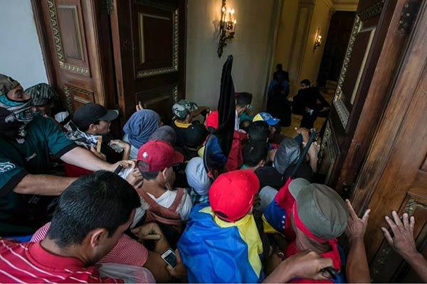 Asalto de colectivos a la AN | Prensa AN
