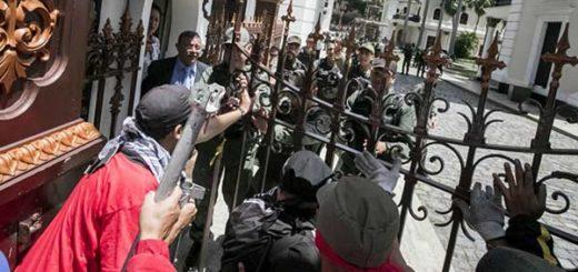 Asalto de colectivos a la AN | Foto: Miguel Gutiérrez | EFE