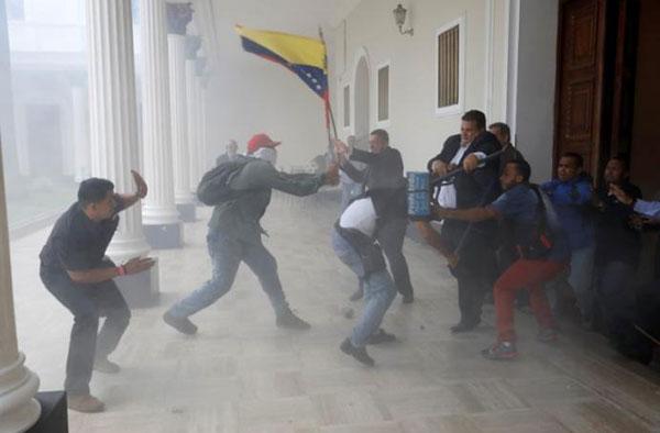 Grupos violentos ingresaron al Palacio Federal Legislativo | Créditos: Reuters