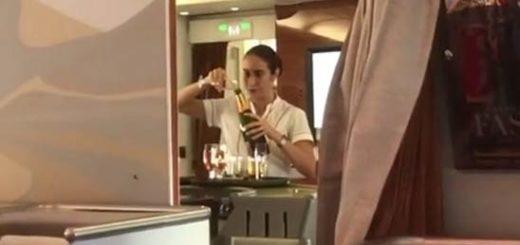 Azafata vació el contenido de las copas devuelta a la botella de Champagne |Foto:  Instagram/ Kaumoff