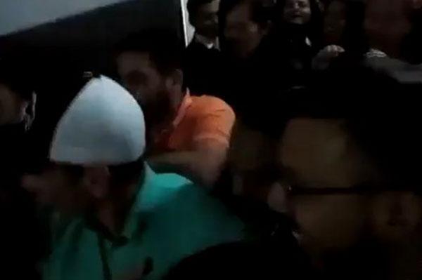 Henrique Capriles a su llegada a Venevisión | Foto: Captura de video