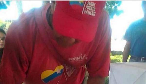 Venezolano chavista asiste a Consulta Popular  Foto: Twitter