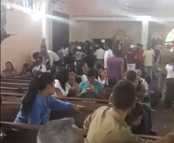 Los ciudadanos corrieron a a refugiarse en la Iglesia  Foto: La Patilla