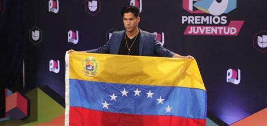 Chyno llegó con la bandera de Venezuela a la alfombra de Premios Juventud | Foto: Instagram