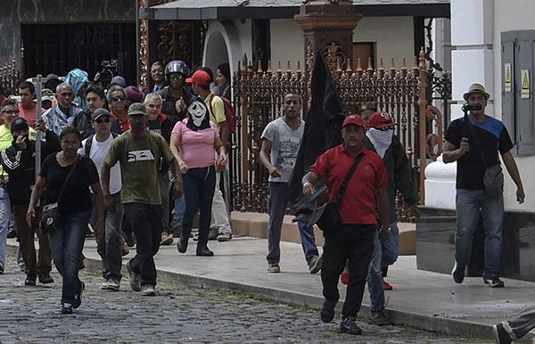 Artistas venezolanos rechazan ataque de colectivos armados en la Asamblea Nacional | Créditos: AFP