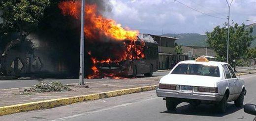 Unidad de transporte incendiado en Cumaná |Foto: Twitter