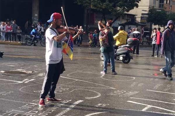 Violinista Wuilly Arteaga hizo presencia en trancazo de este #18Jul en Chacao | Foto: Vía Twitter
