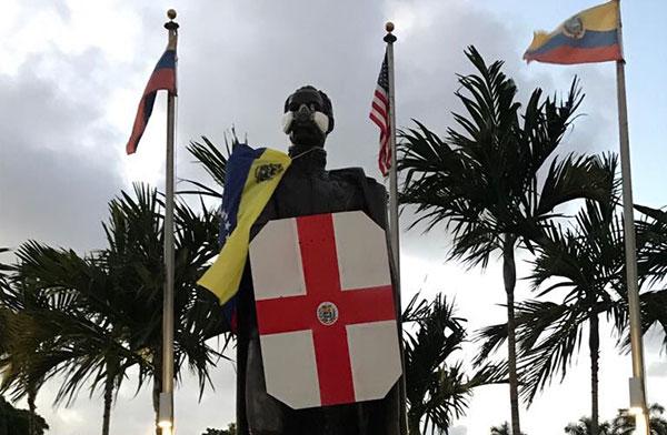 Estatua de Bolívar en Miami amaneció como escudero de la resistencia   Foto: @AlbertoRT51