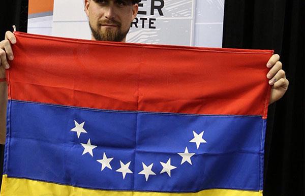 Ender Inciarte muestra bandera de Venezuela en el juego de las estrellas de la MLB | Foto: Cardenas Sports Media