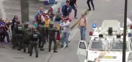 Manifestantes impidieron la detención de un joven en San Antonio de los Altos | Captura de video