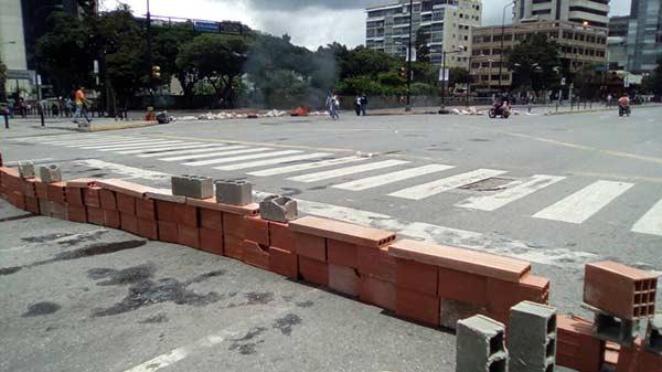 Vecinos bloquearon vías y levantaron muro en la Av. Francisco de Miranda   Foto: Twitter