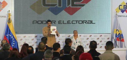 Nicolás Maduro al lado de la presidenta del CNE, Tibisay Lucena |Foto: Prensa presidencial