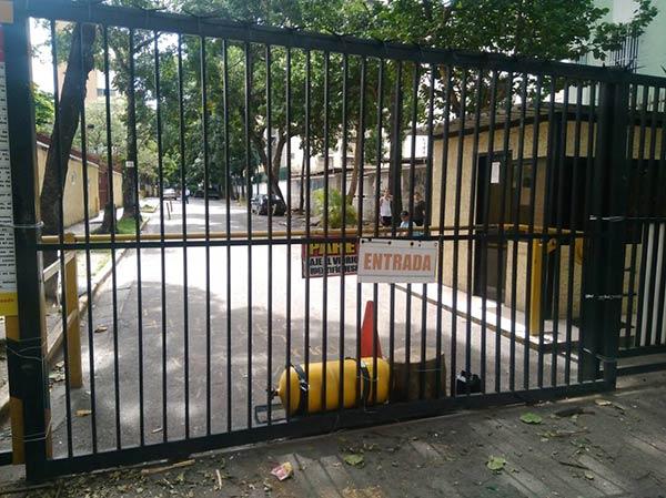 GNB derribó portón en Montalbán| Foto: La Patilla