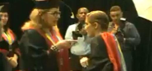 Rectora de la UNEG se negó a entregar título a joven que portaba la bandera en su toga | Captura de video