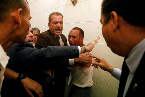 Diputados intentan detener el ataque hacia un oficialista que irrumpió en el Palacio Federal | Créditos: Reuters