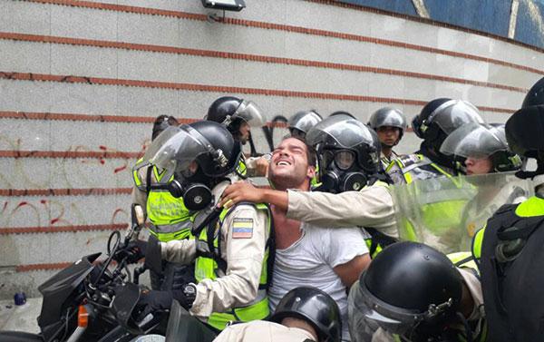 Liberan al profesor Sergio Contreras detenido durante protesta en La Candelaria | Foto: Twitter