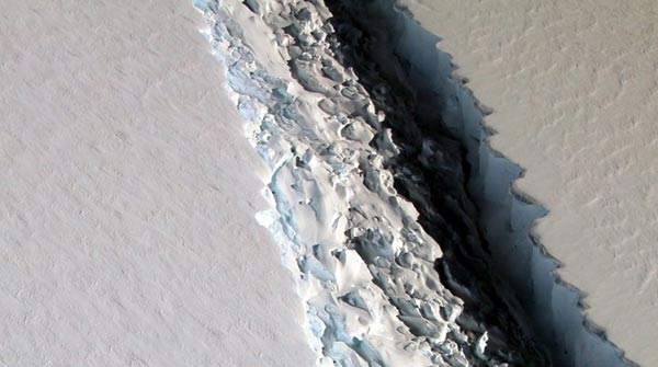 Iceberg gigantesco se desprende de la antártida |