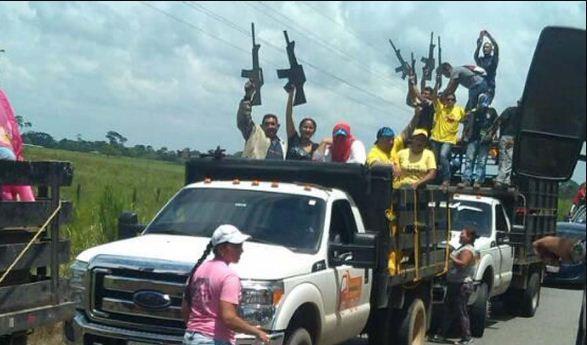 Paramilitares durante caravana en Socopó | Foto: Twitter