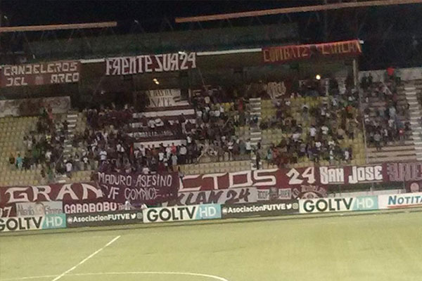 Interrumpido partido de fútbol por pancarta contra Maduro | Captura de video