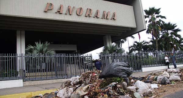 Compactadora de basura dejó desechos frente a la sede de Panorama   Foto: PANORAMA